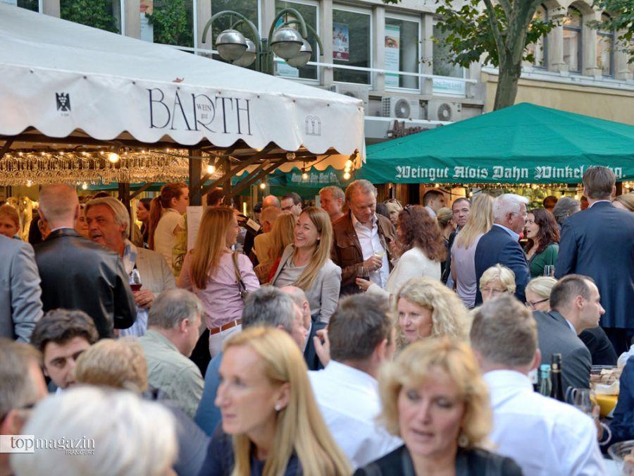 Besucher beim Weinfest auf der Frankfurter Freßgass
