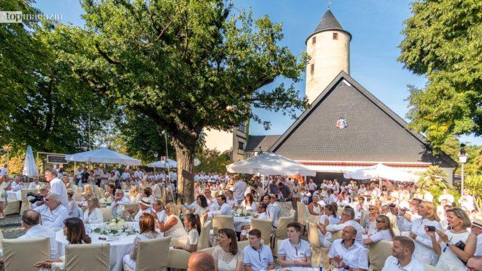 'Ganz in Weiß' genossen die Gäste das fantastische Essen auf der Stromburg.