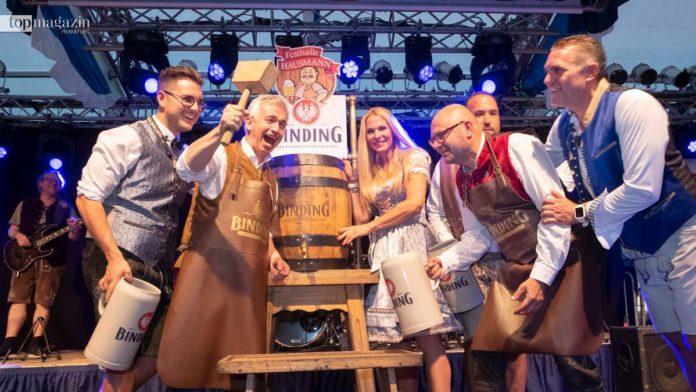 O'zapft is! Oberbürgermeister Peter Feldmann braucht zwei Schläge beim traditionellen Festbieranstich.