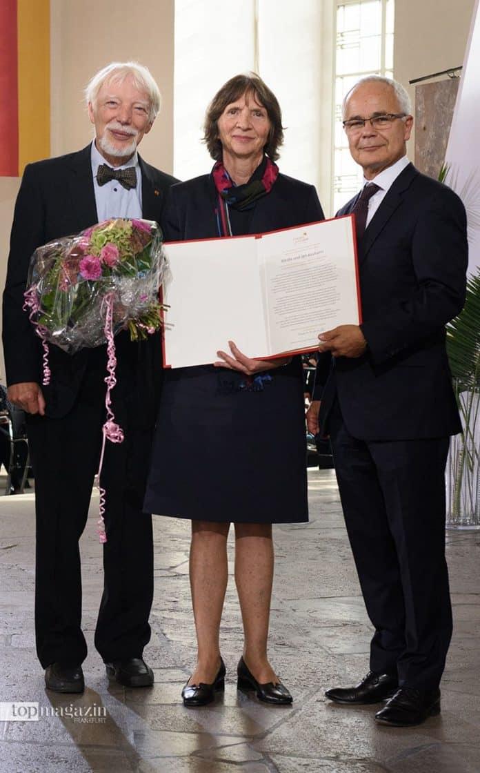Jan und Aleida Assmann mit dem Vorsteher des Börsenvereins, Heinrich Riethmüller (Foto Tobias Bohm)