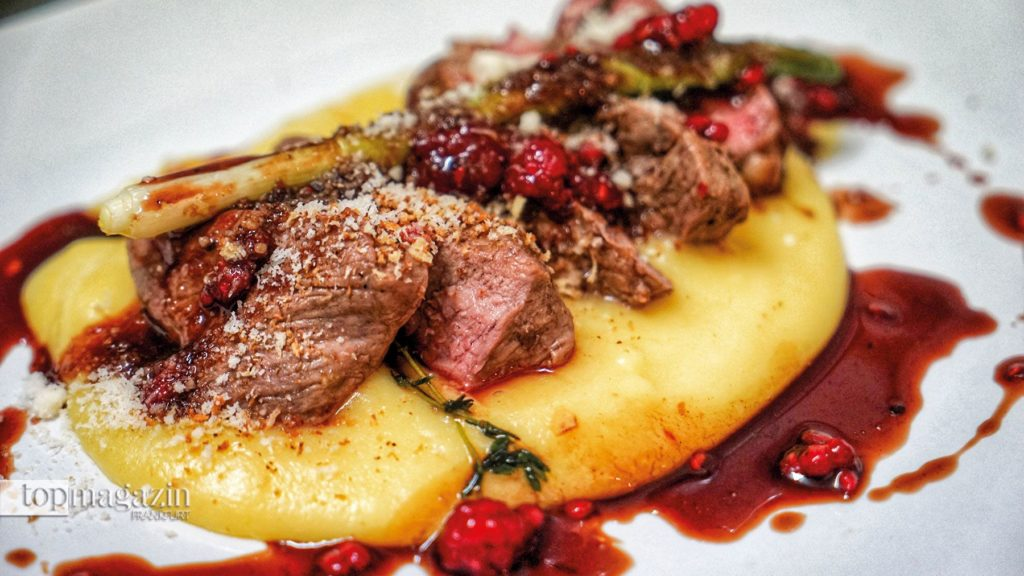 Rückwärts gegartes Roastbeef auf Trüffelpüree & Beerenjus