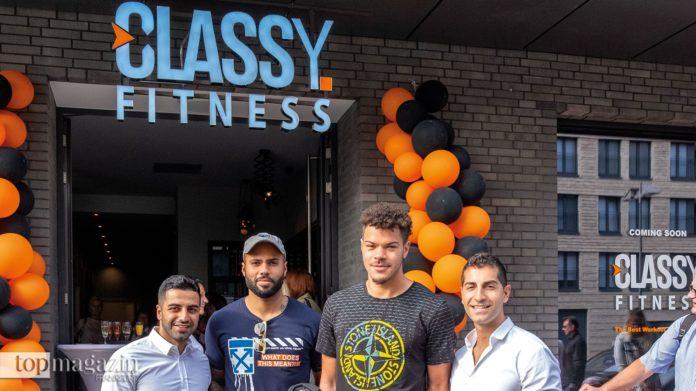 Zum gelungenen Konzept gratulieren den Gründern Arash Javadi (li.) und Ehssan Jannessar (re.) die Basketball-Profis Filmore Beck und Jarelle Reichel
