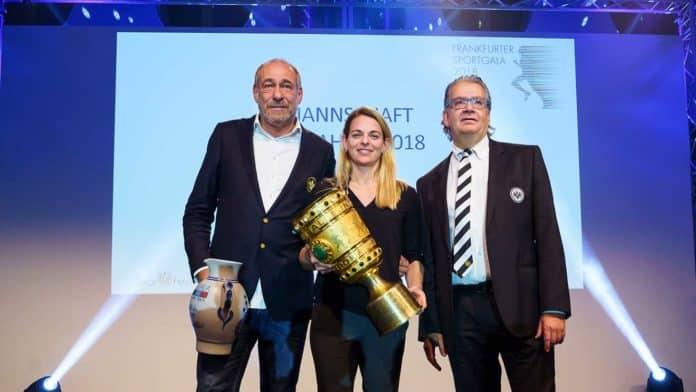Nia Künzer übergab den Siegerbembel Eintracht Frankfurt als Mannschaft des Jahres 2018 an Peter Fischer und Rainer Falkenhain (Foto Raman)