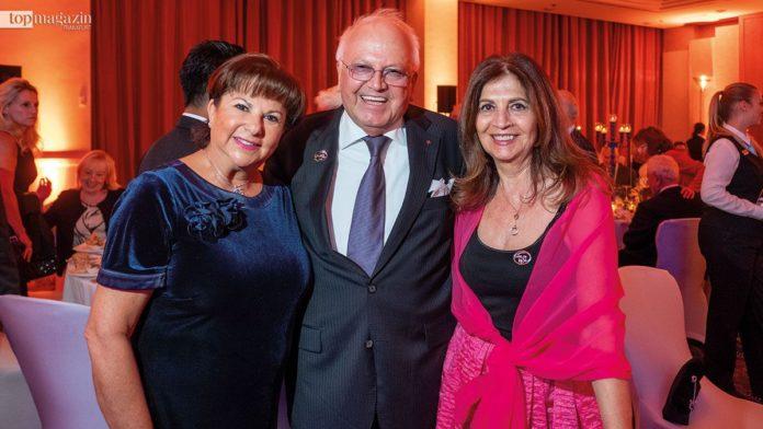 Die Wizo Deutschland Ehrenpräsidentinnen Diana Schnabel und Rachel Singer mit Unternehmer Frank Albrecht