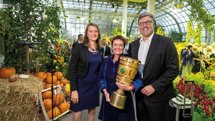Die neue Direktorin des Palmengartens und des Botanischen Gartens Katja Heubach, Stadträtin Rosemarie Heilig und Eintracht Frankfurt-Vorstand Axel Hellmann mit dem DFB-Pokal
