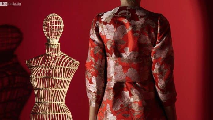 Ein maßgeschneidertes Mantelkleid aus den Stoffen des Textil-Editeurs Rubelli