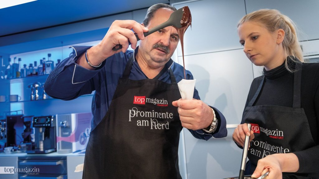 Johann Lafer befüllt die Spritztüte mit Schokoladencreme