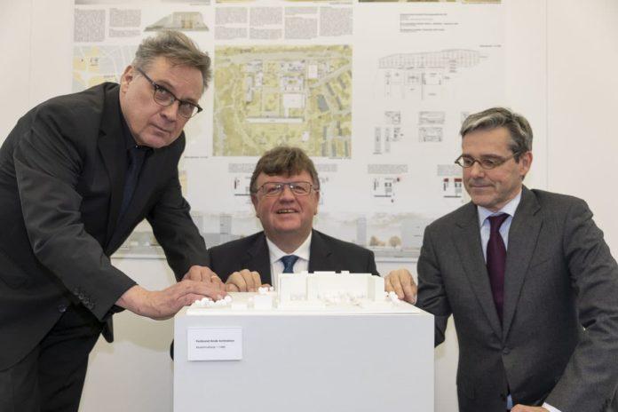Günther Hoffmann, Johannes Beermann und Ferdinand Heide begutachten das Modell, welches zeigt, wie das Areal der Bundesbank zukünftig aussehen könnte.