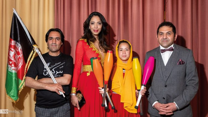 Jongleurin Rabia Ahmadi, ihr Trainer Hamid (links), Model Zohre Esmaeli und Abdul Jabar Ariyaee (Afghanische Botschaft Berlin)