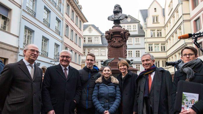 Bundespräsident Frank-Walter Steinmeier lässt sich die neue Altstadt von Stadtteilhistorikern der Polytechnischen Gesellschaft und Peter Feldmann zeigen (Foto Lyding)