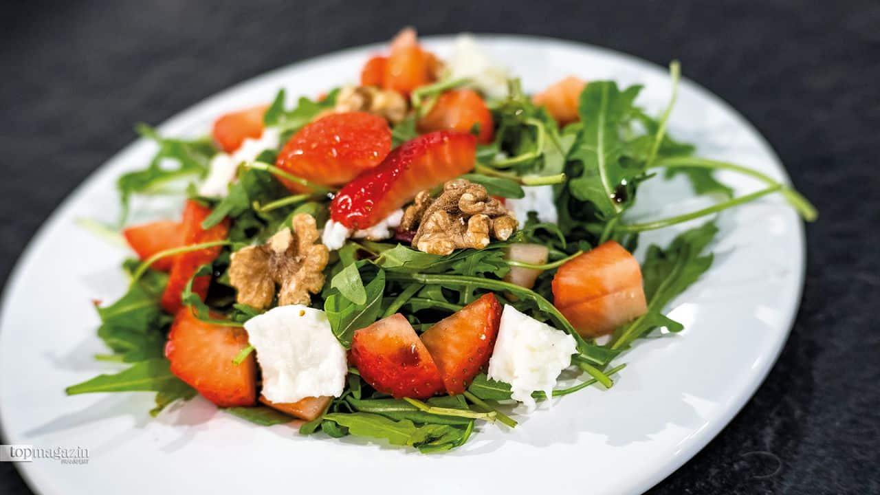 Rucola-Erdbeeren Salat mit Büffelmozzarella