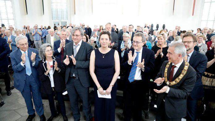 Applaus für die Preisträgerin des Ludwig-Börne-Preises Eva Menasse (Foto Reuss)