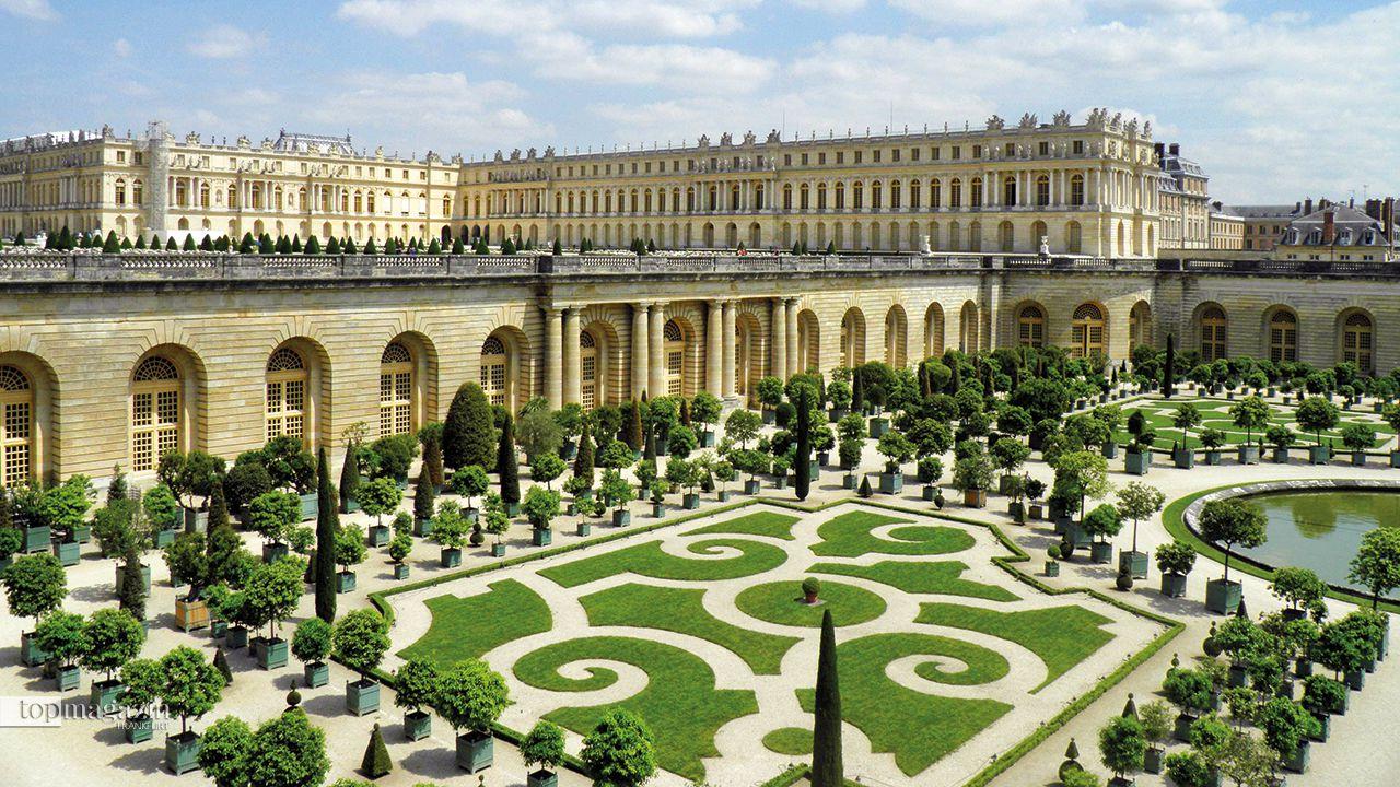 Mit einem symmetrischen Schmuckbeet nach Ornamentform, diversen Wasserspielen und zahlreichen Statuen und großen Vasen ist der Schlosspark von Versailles eine grüne Oase in Paris mit Geschichte und ein wahrer Augenschmaus.