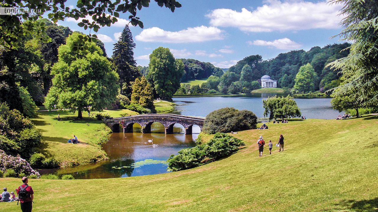 Ein Landhaus mit Garten: Stourhead ist ein magischer englischer Wassergarten bei Stourton in Wiltshire, ca. 180 km westsüdwestlich von London mit staunenswerten Tempeln, Pflanzen und Zierbauten aus dem 18. und 19. Jahrhundert.