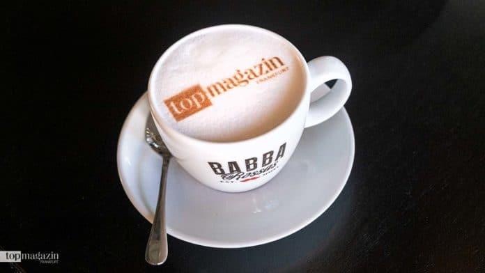 Das Babba Rossa serviert Cappuccino mit Foto oder Logo im Milchschaum