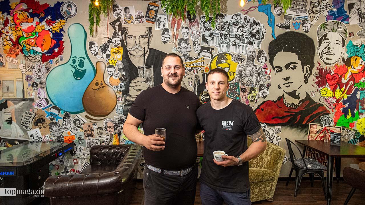 Kenan Cetinkaya und Robin Dittmair vor der Streetart-Wand