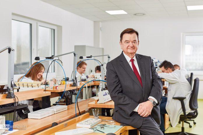 Lothar Schmidt in der Produktion der Sinn Spezialuhren Manufaktur in Frankfurt