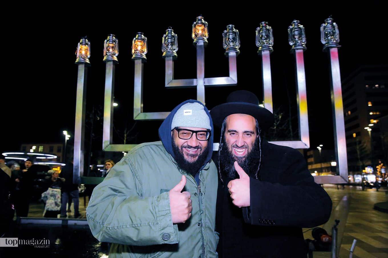 Moses Pelham und Rabbiner David Kraus vor der großen Chanukkia anlässlich des Lichterfestes