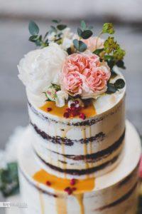 Der neuste Trend bei den Hochzeitstorten ist der Naked Cake, ganz ohne Sahne oder Fondant-Überzug