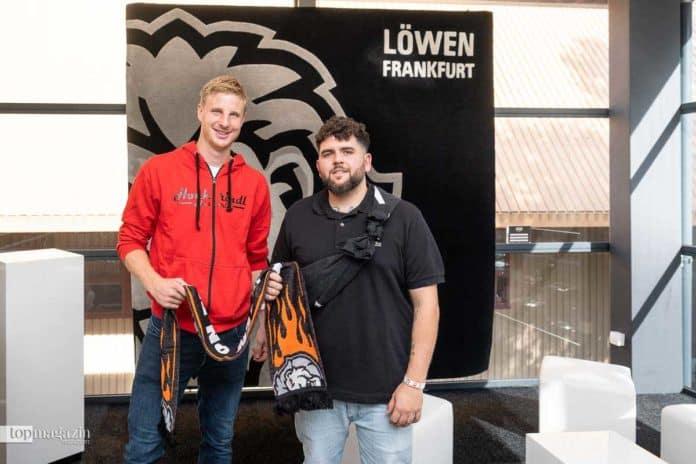 Eintracht-Spieler Martin Hinteregger mit Rapper Vega vor dem Löwen-Teppich