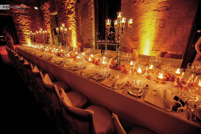 Im herzoglichen Jagdschloss Platte nahe Wiesbaden lässt sich hervorragend feiern und zum Beispiel an dieser langen Tafel speisen