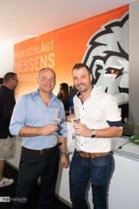 Löwen-Geschäftsführer Stefan Krämer mit Timo Schwab (Dekostudio Schwab), der die neue Löwen-Lounge gestaltet hat