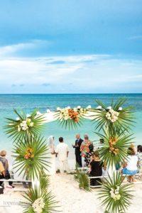Wer es etwas lockerer mag, heiratet am Strand, barfuß und mit dem Rauschen des Meeres inklusive – wie hier in Hopetown auf den Bahamas