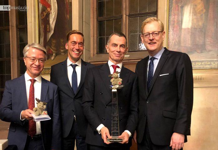 BNP Paribas CEO Jean-Laurent Bonnafé, Andreas Scholz (dfv Euro Finance Group), Banker of the Year Jean Pierre Mustier und Stadtrat Markus Frank