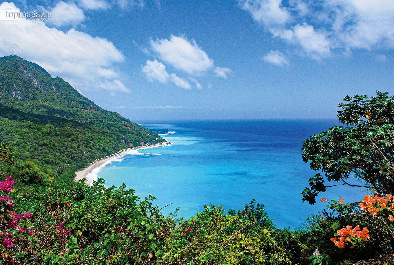 Die Fahrt auf dem Barahona Enriquillo Coastal Highway offenbart das türkisfarbene karibische Meer, während die Berge von Barahona aufragen