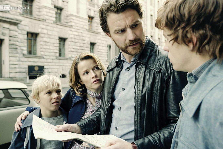 Familie Strelzyk (Tilman Döbler, Karoline Schuch, Friedrich Mücke, Jonas Holdenrieder) sucht die US-Botschaft in Berlin