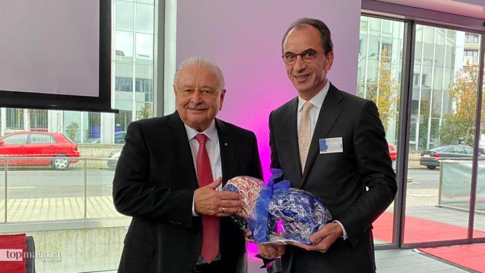 ZDK-Präsident Jürgen Karpinski erhält zum 70. Geburtstag einen hessischen Löwen von CDU-Fraktionschef Michael Boddenberg.