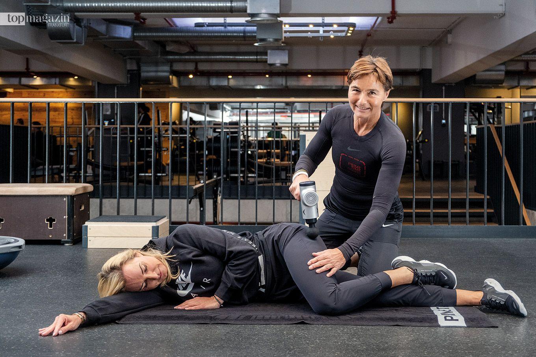 Barbara Lohse von Prime Time Fitness massiert Susanne mit dem Hypervolt