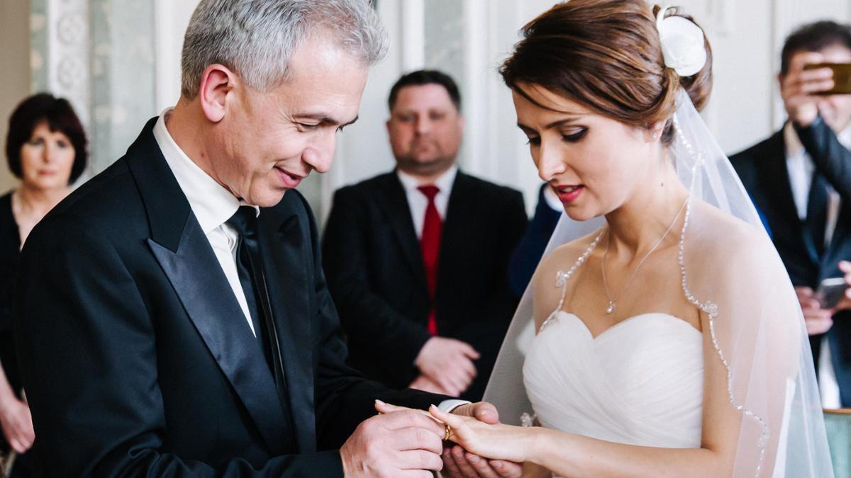 Das in der FNP vom 17.4.16 veröffentlichte Foto zeigt hinter dem Brautpaar Feldmann den AWO Protect-Geschäftsführer Klaus Roth (Foto FNP, Özlem Yavuz)