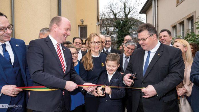 Gabriele Gylyte-Hein beim feierlichen Durchschneiden des Bands zusammen mit ihrem jüngsten Sohn und dem litauischen Außenminister (re)