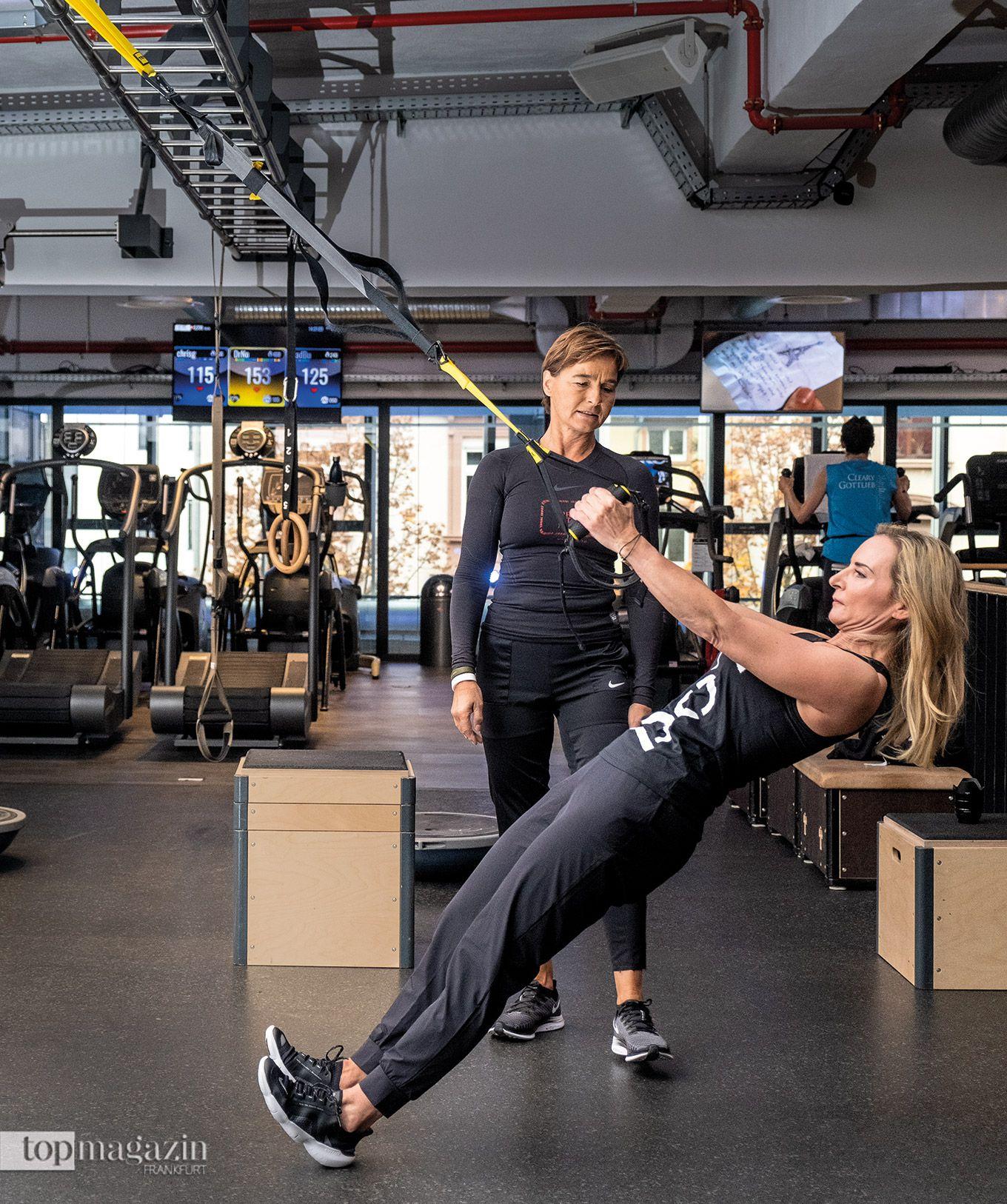 Prime Time Fitness-Trainer geben Anweisungen, um die Übungen effektiv auszuführen