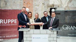 Till Diekmann (CG Gruppe), Projektleiterin Edyta Wünsch, Architektin Nadya Faris-Bibawi, Andreas Steyer (Aufsichtsratsvorsitzender CG Gruppe) und Jürgen Kutz