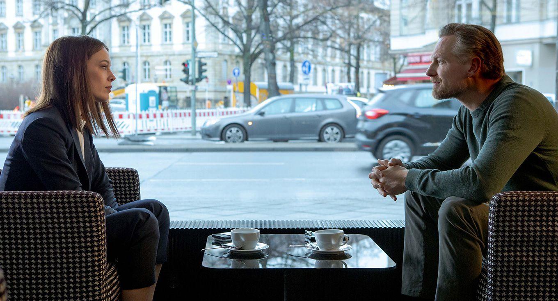Bad Banks - Jana Liekam (Paula Beer) und Gabriel Fenger (Barry Atsma) (Foto ZDF)