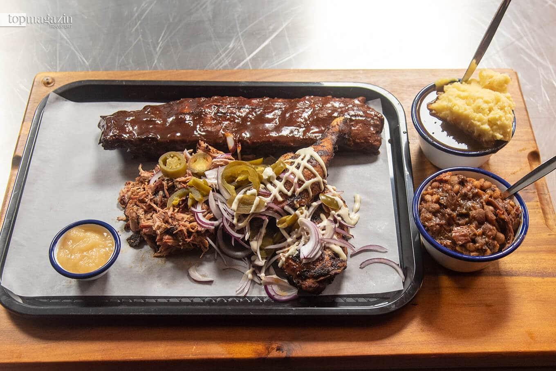 Gemischte Fleischplatte mit Ribs, Pulled Pork und Chicken mit Baked Beans. Dazu Mashed Potatoes and Gravy