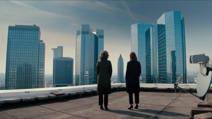 Szene aus der Serie Bad Banks in Frankfurt mit Christelle Leblanc (Desiree Nosbusch) und Jana Liekam (Paula Beer)