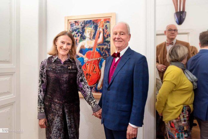 Galerist Peter Femfert und Stefania Canali vor Donna con Violincello von Dario Fo