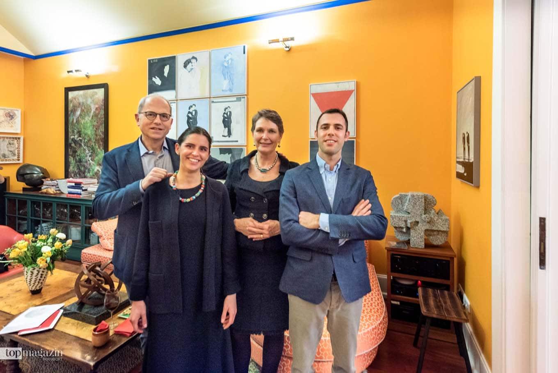 Sammler-Ehepaar Stephan Rey und Daniela Weber-Rey mit Gelsomina und Romeo Manini in ihrem Wohnzimmer