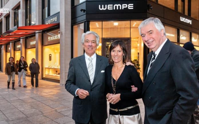 Geschäftsführer Lothar Geisert (re.) mit Hellmut und Kim-Eva Wempe bei der Eröffnung der Wempe-Niederlassung an der Hauptwache in Frankfurt