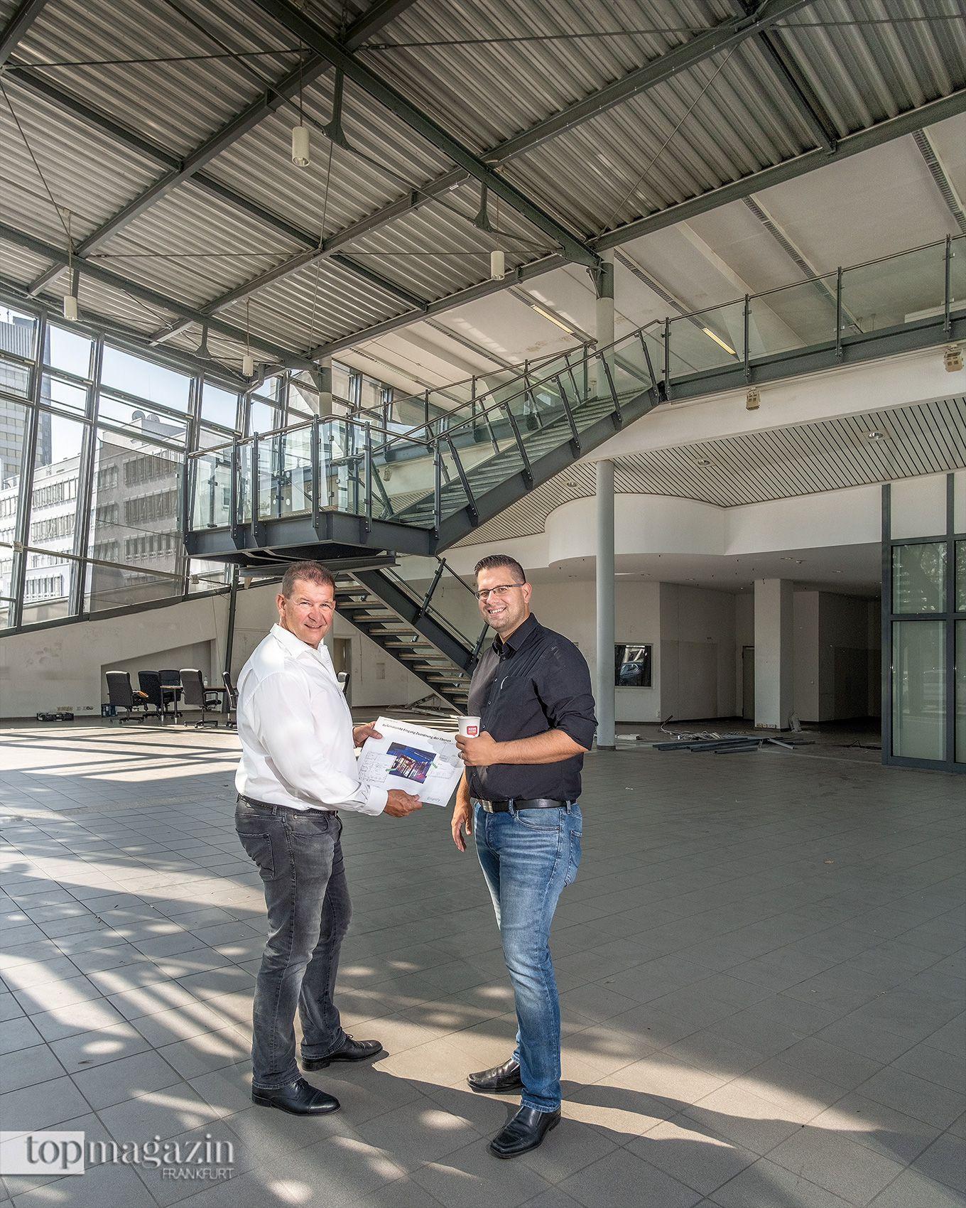 Rainer Lapp und Bernd Kaffenberger mit den Bauplänen Ende Juli 2019
