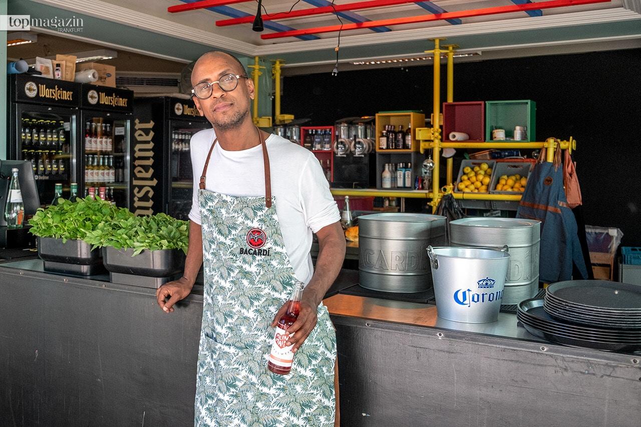 Bei Barkeeper Yared Hagos (The Parlour) gibt's leckere Cocktails und feine Weine.