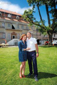 Viola und Axel Ebbecke vor dem Barockschloss Günderrode