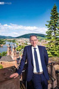 Bürgermeister Bernd Kahlert zeigt uns den Blick auf Miltenberg von der Mildenburg