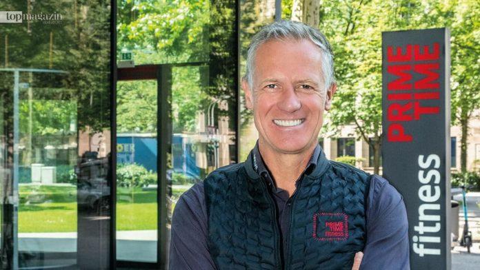 Henrik Gockel vor dem Prime Time Fitness Westend