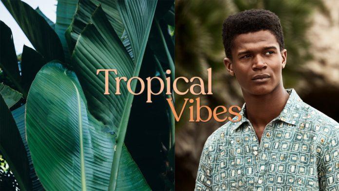 Tropische Muster, bunte Shirts, Hosen in Palmblatt-Optik. So trägt Mann den exotischen Sommertrend.