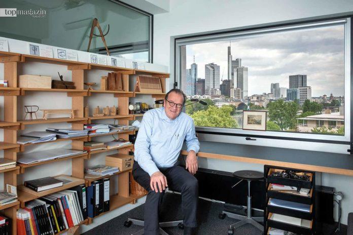 Christoph Mäckler in seinem Büro mit Blick auf Main und Skyline
