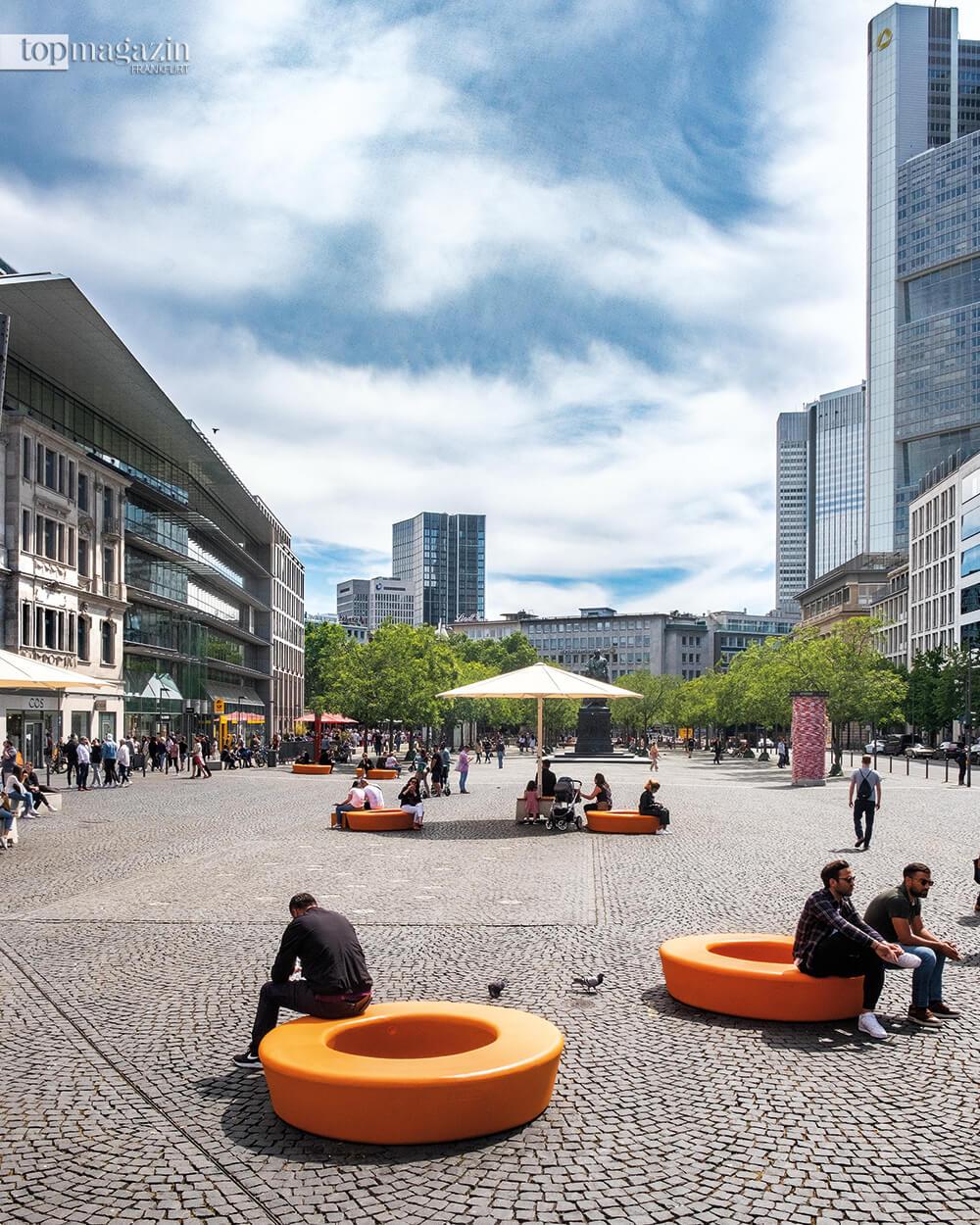 """Der Rathenauplatz 2020 - Orangene """"Hipster-Kringel"""" sollen temporär die Aufenthaltsqualität auf dem Platz verbessern."""